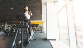 Geschiktheidstraining Meisje die op elliptische trainer in gymnastiek uitoefenen royalty-vrije stock afbeeldingen