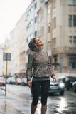 Geschiktheidsvrouw aan regen wordt blootgesteld die terwijl het aanstoten Royalty-vrije Stock Foto's