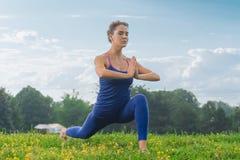 Geschiktheidsvrouw de ademhaling langzaam terwijl status in yoga stelt royalty-vrije stock fotografie