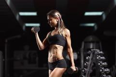 Geschiktheidsvrouw in de gymnastiek Stock Fotografie