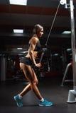 Geschiktheidsvrouw in de gymnastiek Royalty-vrije Stock Afbeeldingen