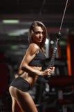Geschiktheidsvrouw in de gymnastiek Stock Foto