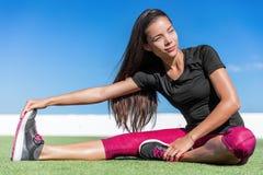 Geschiktheidsvrouw die één been teen-aanraking rek uitrekken Stock Afbeelding