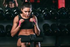 Geschiktheidsvrouw die buikkraken in gymnastiek doet die uit woking Royalty-vrije Stock Fotografie