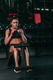 Geschiktheidsvrouw die buikkraken in gymnastiek doet die uit woking Royalty-vrije Stock Afbeeldingen