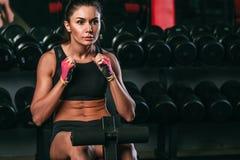 Geschiktheidsvrouw die buikkraken in gymnastiek doet die uit woking Royalty-vrije Stock Foto