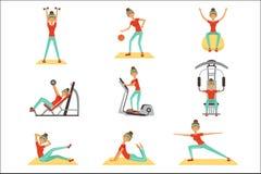 Geschiktheidsvrouw die in de gymnastiek met sportuitrustingreeks uitoefenen kleurrijke vectorillustraties royalty-vrije illustratie