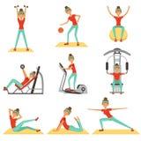 Geschiktheidsvrouw die in de gymnastiek met sportuitrustingreeks uitoefenen kleurrijke vectorillustraties Stock Afbeeldingen
