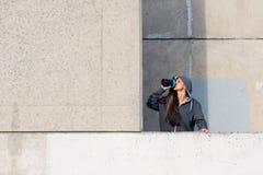 Geschiktheidsvrouw die eiwitschok na stedelijke training drinken royalty-vrije stock afbeeldingen
