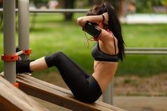 Geschiktheidsvrouw die zitten-UPS doen die voor haar buikspieren uitoefenen Stock Afbeelding