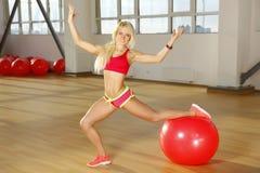 Geschiktheidsvrouw het stellen in gymnastiek Stock Afbeelding