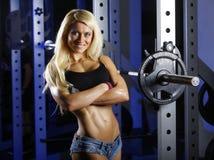 Geschiktheidsvrouw het stellen in gymnastiek Stock Foto's
