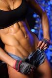 Geschiktheidsvrouw het stellen in gymnastiek Stock Fotografie