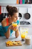 Geschiktheidsvrouw met glas pompoen smoothie Stock Afbeeldingen