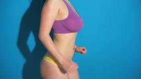 Geschiktheidsvrouw met het grote borst lopen stock footage