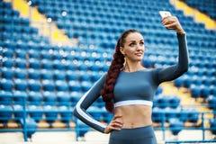 Geschiktheidsvrouw op stadion Gezonde sportenlevensstijl Atletisch jong wijfje die in sportenslijtage fitness oefening doen stock foto