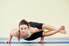 Geschiktheidsyoga Vrouw die Uitrekkende Oefeningen in Gymnastiek doet Stock Fotografie