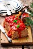 Geschild Gerstbrood met tomatensaus Royalty-vrije Stock Foto's