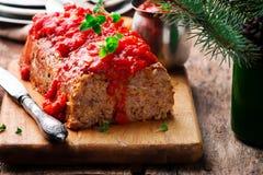 Geschild Gerstbrood met tomatensaus Stock Foto