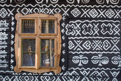 Geschilderd blokhuis in Slowakije Stock Fotografie