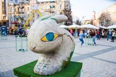 Geschilderd driedimensioneel cijfer van een konijn of een haas met hypnotic gele ogen met blauwe iris in grijze kleur Mooie kunst stock fotografie