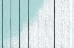 Geschilderd houten behang als achtergrond met lichtblauwe kleurenverf stock foto