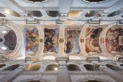 Geschilderd plafond bij de St Thomas ` Kerk in Praag Stock Fotografie
