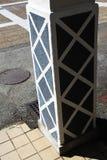 Geschilderd roosterpatroon op een steunpijler stock foto's