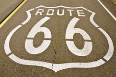 Geschilderd Route 66 -Teken op asfalt Stock Fotografie