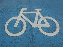 Geschilderd teken van fiets dat op de weg wordt geschilderd stock afbeeldingen