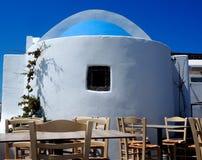 Geschilderd wit, Blauw Overkoepeld Restaurant in Fira Griekenland stock foto