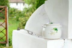 Geschilderde ceramische pot stock foto