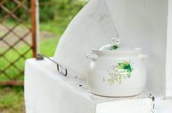 Geschilderde ceramische pot stock foto's