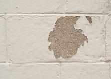 Geschilderde cinderblock muur met ontbrekend flard Stock Foto's