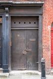 Geschilderde deuropening bij ingang aan traditioneel Huguenot wevers` s huis op Princelet-Straat, Spitalfields, Oost-Londen het U royalty-vrije stock afbeelding