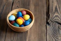 Geschilderde eieren in een houten kom royalty-vrije stock fotografie