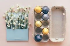 Geschilderde eieren en sneeuwklokjes in een postenvelop royalty-vrije stock afbeelding