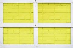 Geschilderde gele bakstenen muurtextuur, metaal wit vierhoekig kader, stedelijke achtergrond, ruimte voor tekst Abstract licht royalty-vrije stock foto