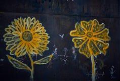 Geschilderde gele bloemen op een donkere achtergrond stock foto's