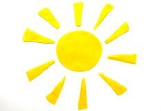 Geschilderde gele zon van plasticine op achtergrond Royalty-vrije Stock Foto's
