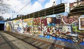 Geschilderde graffiti op een de bouwmuur in Brussel, België Stock Fotografie