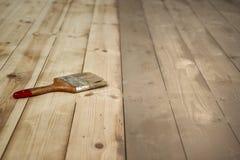 Geschilderde houten vloer en een borstel op het Royalty-vrije Stock Foto's