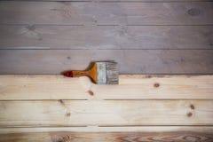 Geschilderde houten vloer met grijze kleur en een borstel op de vloer Stock Foto