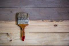 Geschilderde houten vloer met grijze kleur en een borstel op de vloer Royalty-vrije Stock Foto