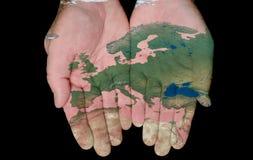 Geschilderde Kaart van Europa in Onze Handen Stock Fotografie