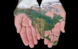 Geschilderde Kaart van Noord-Amerika in Onze Handen Stock Foto's