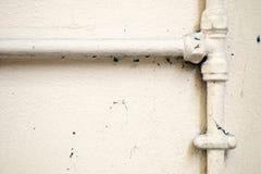 Geschilderde Loodgieterswerkpijpen op Muur Royalty-vrije Stock Afbeeldingen