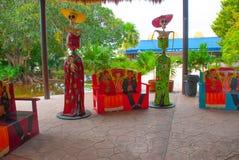 Geschilderde Mexicaanse houten bank Portret van een man, een een vrouw en skelet van Katrin ` s Tulum, Riviera Maya, Yucatan, Mex royalty-vrije stock foto