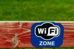 Geschilderde raad met WiFi-embleem Stock Fotografie