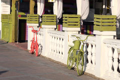 Geschilderde rode en groene fietsen Stock Fotografie